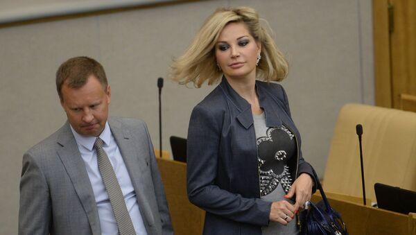 Денис Вороненков и  Мария Максакова-Игенбергс на пленарном заседании Госдумы РФ - Sputnik Беларусь