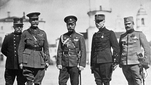 Российский император Николай II (третий справа) среди военных представителей союзных держав - Sputnik Беларусь