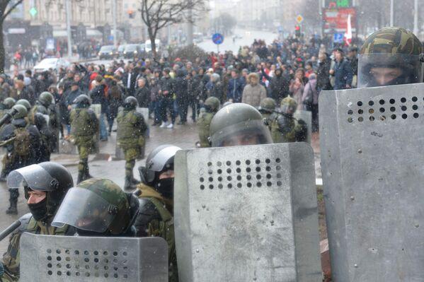 ОМОН оттеснил собравшихся на несанкционированный митинг в центре Минска - Sputnik Беларусь