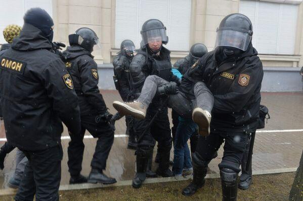 МВД Беларуси подтвердило задержания участников несанкционированной акции оппозиции в центре Минска, но не уточнило их число - Sputnik Беларусь