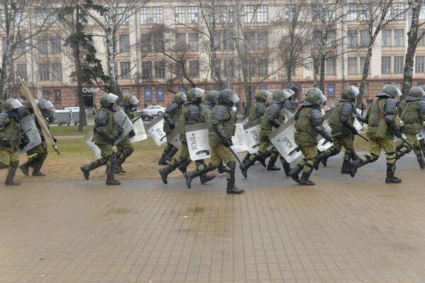 После того, как было задержано несколько десятков человек из этой группы, ОМОН снял оцепление, по проспекту прокурсировало несколько десятков автозаков - Sputnik Беларусь