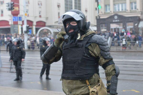 Сотрудник правоохранительных органов работает на несанкционированной акции оппозиции - Sputnik Беларусь