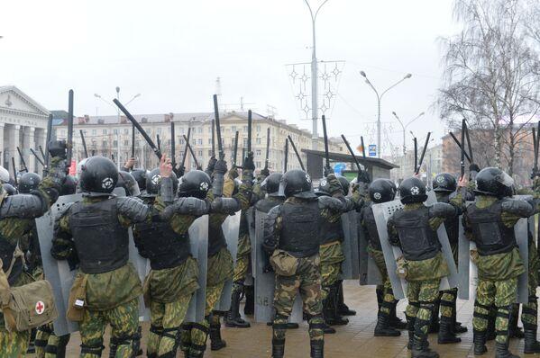 Сотрудники ОМОНа отгородили двумя цепочками группу оппозиции около ЦУМа в Минске - Sputnik Беларусь