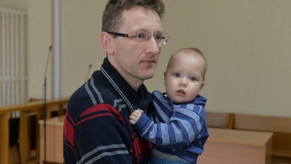 Алесь Логвинец с 10-месячным сыном - Sputnik Беларусь
