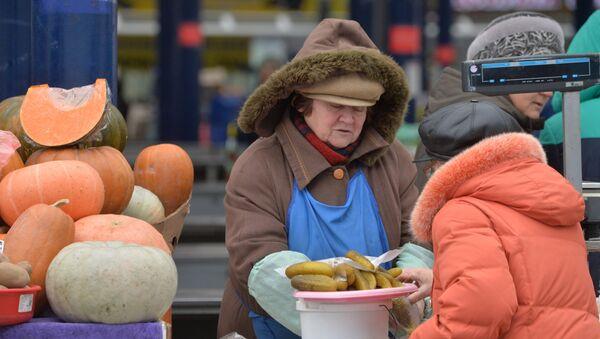 Торговля на Комаровском рынке, архивное фото - Sputnik Беларусь