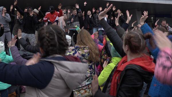 Флэшмоб за мір і супраць дыскрымінацыі прайшоў ля сталічнага Палаца спорту - Sputnik Беларусь