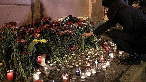 Цветы в память о погибших в метро Санкт–Петербурга - Sputnik Беларусь