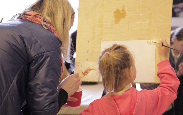 Девочка рисует на фестивале кофе в Минске - Sputnik Беларусь