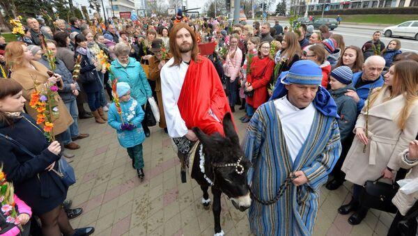 Белорусские католики уже несколько лет подряд на Вербное воскресенье проводят инсценированную процессию с библейскими персонажами - Sputnik Беларусь