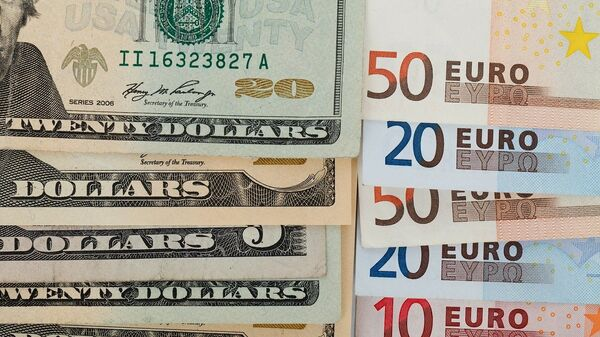 Купюры долларов США и евро, архивное фото - Sputnik Беларусь