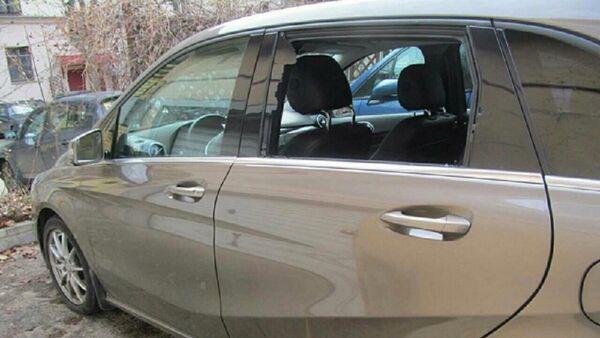 Разбитое боковое стекло в автомобиле - Sputnik Беларусь