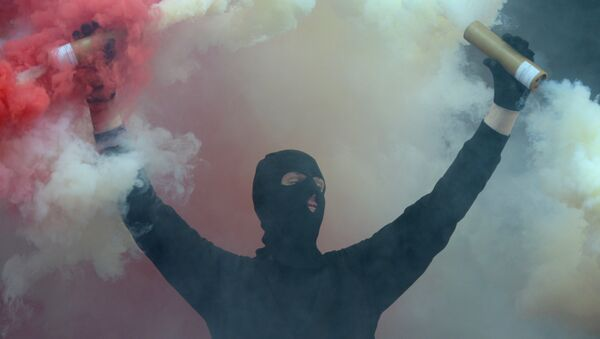 Футбольный фанат с файерами, архивное фото - Sputnik Беларусь