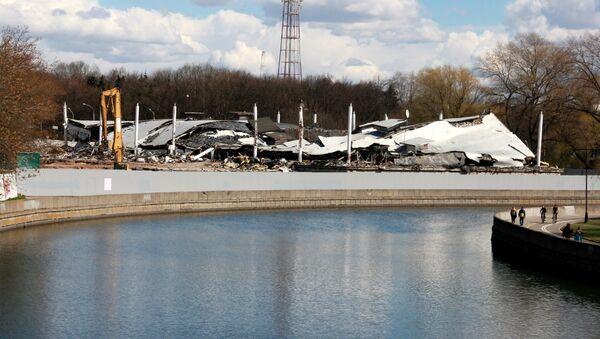 Разрушенное здание НВЦ БелЭкспо с противоположного берега Свислочи - Sputnik Беларусь