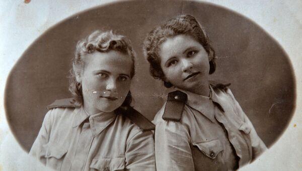Мама Валентина Елизарьева (слева) во время службы в армии - Sputnik Беларусь