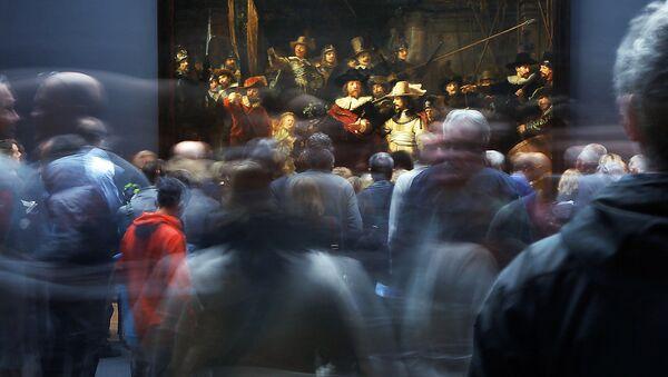 Наведвальнікі ў карціны Рэмбрандта Начны дазор на выставе Дзяржаўнага музея Рэйксмузеум у Амстэрдаме - Sputnik Беларусь