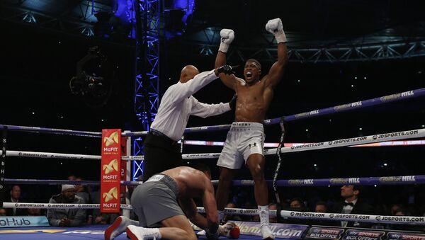 Британский боксер Энтони Джошуа на лондонском стадионе Уэмбли победил украинца Владимира Кличко - Sputnik Беларусь