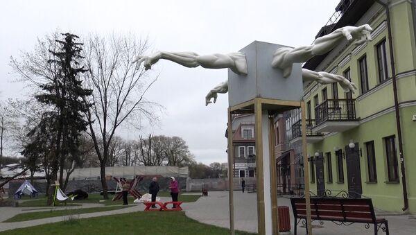 Відэафакт: змрочныя скульптуры ўсталявалі на Зыбіцкай - Sputnik Беларусь
