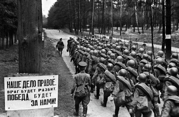 Мобилизация. Колонны бойцов движутся на фронт. Москва, 23 июня 1941 года. - Sputnik Беларусь