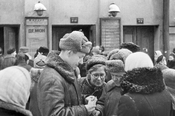 Москвичи у филиала Большого Театра. Пушкинская улица. Москва, февраль 1942 года. - Sputnik Беларусь