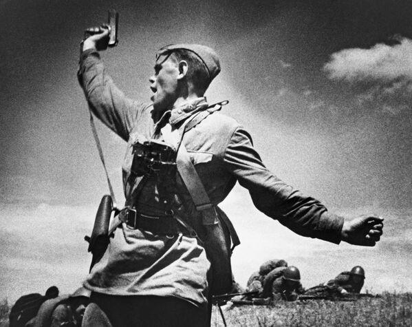 Младший политрук Алексей Еременко ведет солдат в атаку. - Sputnik Беларусь