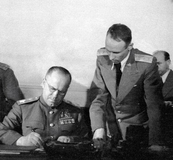 Заместитель Верховного Главнокомандующего Маршал Советского Союза Георгий Константинович Жуков (слева) подписывает Акт о безоговорочной капитуляции фашистской Германии в Карлсхорсте в пригороде Берлина, 8 мая 1945 года. - Sputnik Беларусь