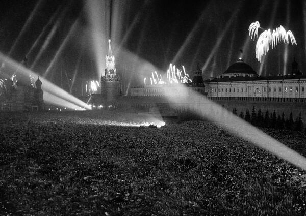 Салют Победы на Красной площади. 9 мая 1945 года. - Sputnik Беларусь