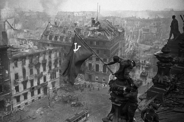 Знамя Победы на здании Рейхстага в Берлине. - Sputnik Беларусь