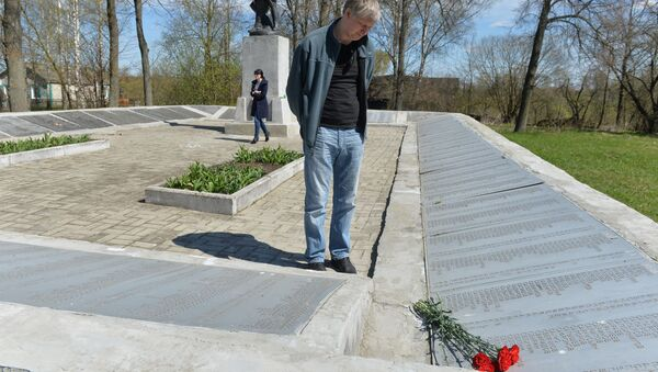 Расіянін Аляксандр Связін у мемарыяльным комплексе Рыленкі - Sputnik Беларусь