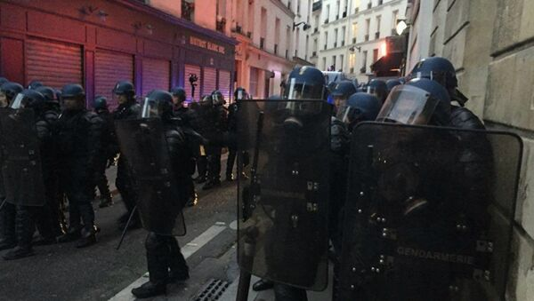 Столкновение парижских полицейских с демонстрантами - Sputnik Беларусь