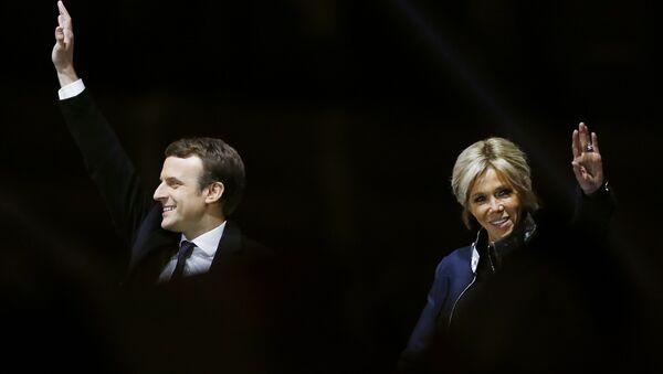 Избранный президент Франции Эммануэль Макрон с супругой в день победы на выборах - Sputnik Беларусь