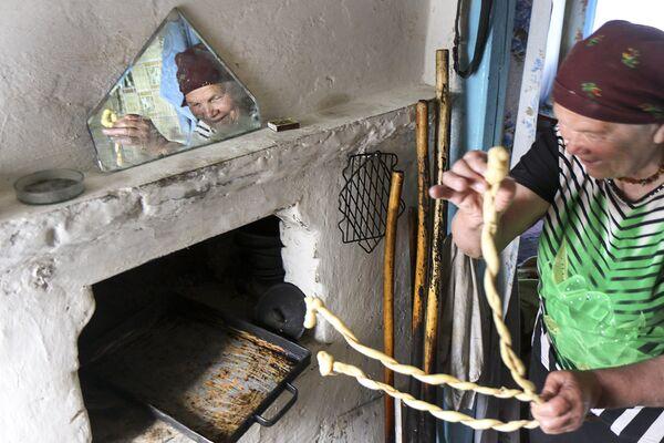 Пекут для обряда и специальный хлеб карагод. - Sputnik Беларусь