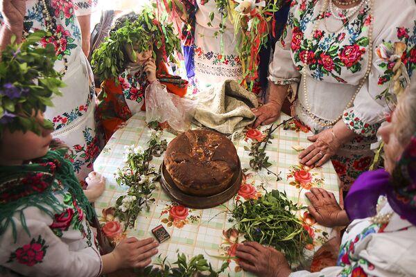 Каравай украшают весенними цветами. - Sputnik Беларусь