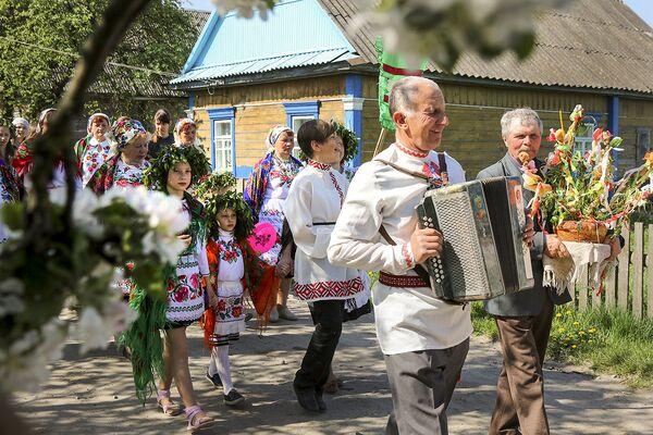 Во время обряда жители села идут по деревне с иконами и обрядовыми песнями. - Sputnik Беларусь