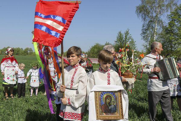Основное магическое действие Юрьевского хоровода, который проводится 6 мая в День Святого Юрия, происходит в поле, где уже взошли озимые.  - Sputnik Беларусь