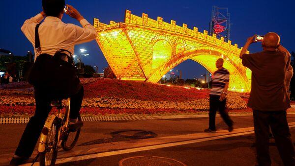 Красочная световая инсталляция Золотой мост Шелкового пути в Пекине - Sputnik Беларусь