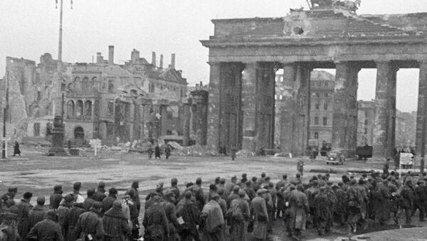 Пленные немцы у Бранденбургских ворот - Sputnik Беларусь