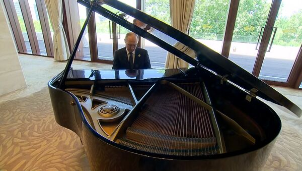 Пуцін у Пекіне перад сустрэчай з Сі Цзіньпінам сыграў на раялі - Sputnik Беларусь