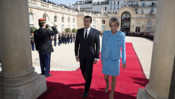 Новый президент Франции Эммануэль Макрон с женой Брижит на инаугурации - Sputnik Беларусь