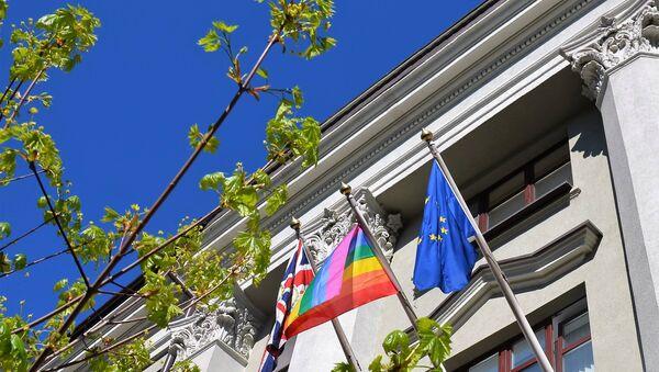 Посольство Великобритании в Минске вывесило радужный флаг - Sputnik Беларусь
