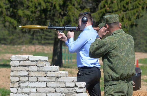 Депутаты испытали противотанковое оружие - Sputnik Беларусь