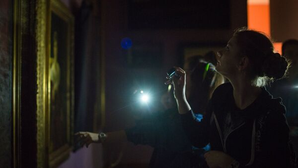 Картины отходят ко сну – под таким названием проходило мероприятие, во время которого гости прогуливались по абсолютно темным залам русского искусства с фонариками в руках. - Sputnik Беларусь