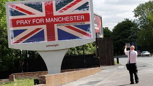 Вывеска Молимся за Манчестер после теракта в городе - Sputnik Беларусь