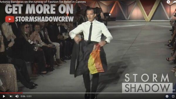 Видеофакт: Бандерас предстал в образе тореадора на показе мод в Каннах - Sputnik Беларусь