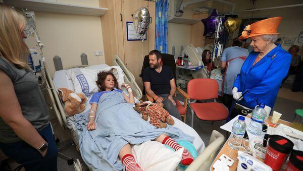 Елизавета II приехала в больницу Манчестера навестить раненных во время теракта детей - Sputnik Беларусь