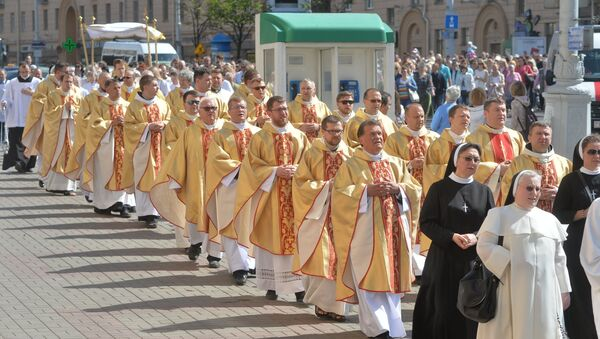 Традиционно католический праздник собирает тысячи верующих - Sputnik Беларусь