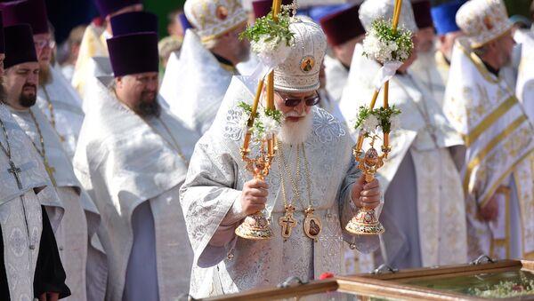 Митрополит Павел у гроба с мощами святого праведного Иоанна Кормянского, который закончил свой земной путь осенью 1917 года. - Sputnik Беларусь