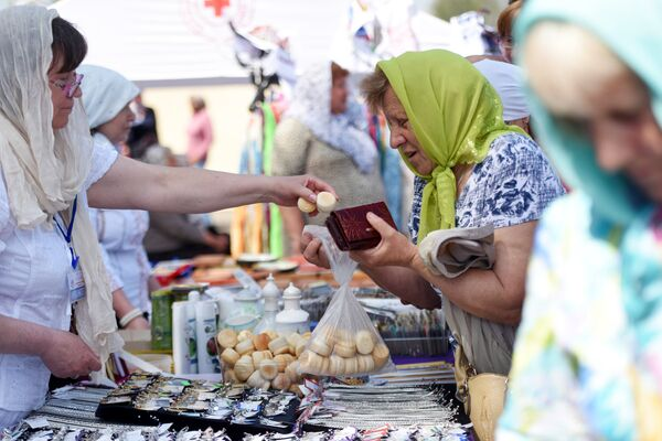 Перед началом божественной литургии можно было купить просфору по 20 копеек за штуку. Люди брали богослужебный хлеб в больших количествах. - Sputnik Беларусь