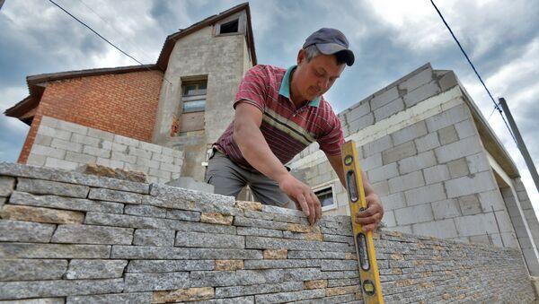 Строитель работает на стройке под Минском, архивное фото - Sputnik Беларусь