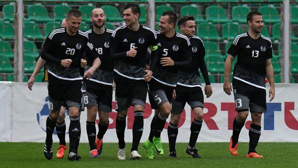 Игроки сборной Белоруссии радуются забитому голу во время товарищеского матча между сборными командами Беларуси и Новой Зеландии - Sputnik Беларусь