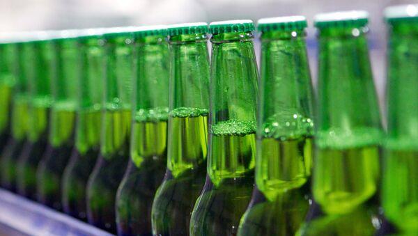 Бутылки с пивом в цехе розлива, архивное фото - Sputnik Беларусь